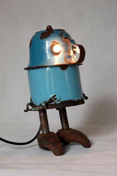 Cassecroutp1. Bonhomme avec tasse et pot en émail bleu rouillé, pièces de machine en fonte. Assemblage de vaisselle en métal.