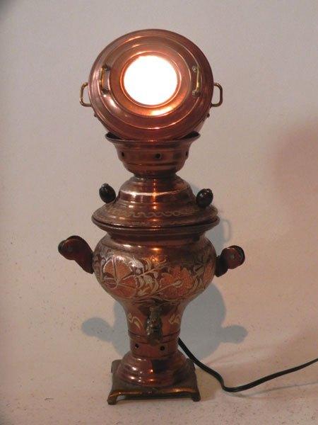 Cuisca. Sculpture assemblage d'objets décoratifs. Composition: mini samovar et mini marmite. Lumineuse.