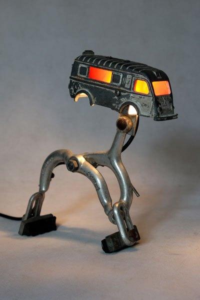 Estafette1. Camion lumineux sur étrier de frein. Recyclage jouet cassé, assemblage d'objets.