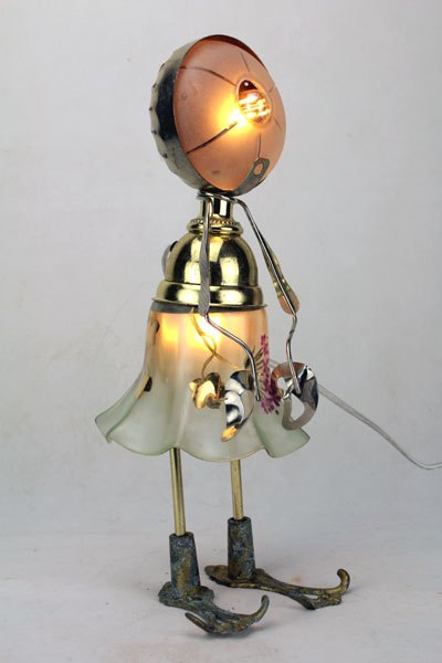 Fafa. Sculpture féminine assemblage d'objets, opaline.