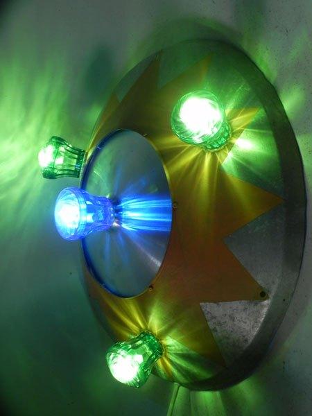 FForain. Macaron fête foraine, cône peint en jaune, ampoules de fête foraine vertes et bleu.