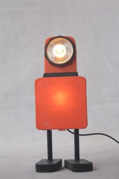 """Franky01. Robot orange avec objets vintages. Assemblage d'une lampe de voyage et d'une boite de colliers de plomberie """"Franc""""."""