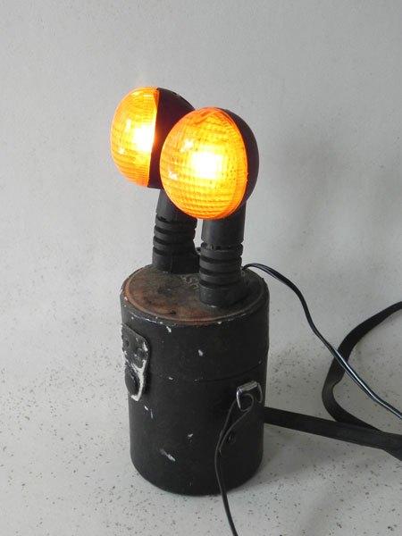 Gribou. Assemblage lumineux de 2 feux clignotants et une housse à objectif.