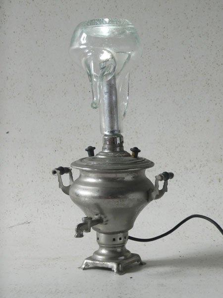 Huisens. Assemblage lumineux samovar miniature et flacon à huile.