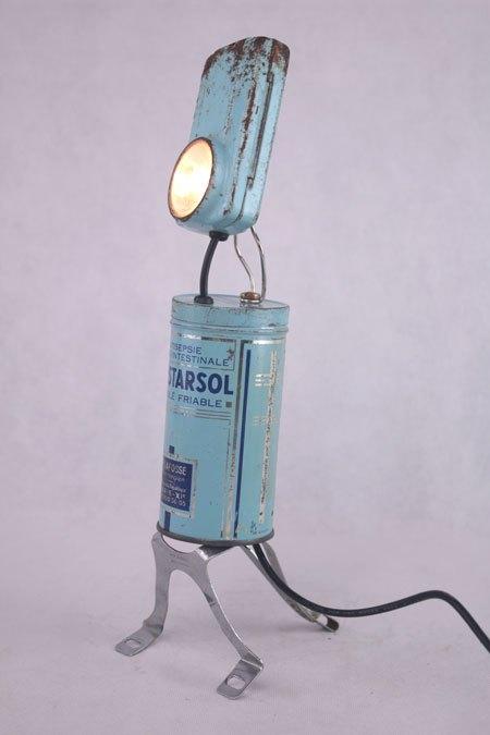 Intestarsol. Détournement lampe de poche et boite de médicaments, avec élément de vélo. Assemblage lumineux d'objets anciens.