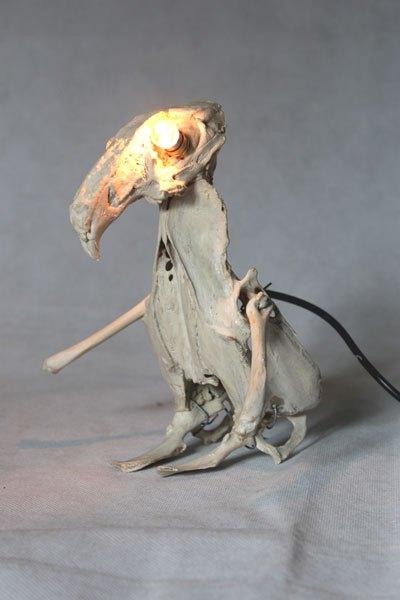 Lapilet1. Sculpture de lapin et de poulet. Assemblage lumineux d'os.