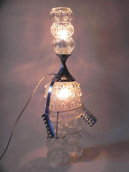 Lustrom. Construction de verrerie, homme lumineux. Sculpture par assemblage.