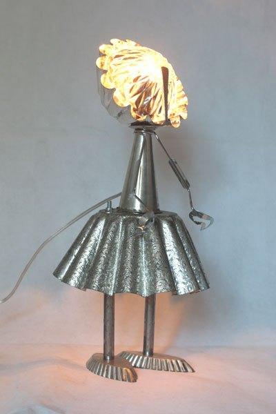 Mademire. Détournement de moule motif cachemire, personnage féminin avec moules à gâteaux, cône, moule à barquettes, pince à escargot, petite cuillère, bol.