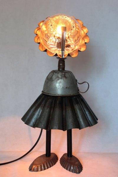 Madetasse, Sculpture lumineuse cuisine, assemblage de moule à brioche, tasse, moule à barquettes, petite cuillère, bol.