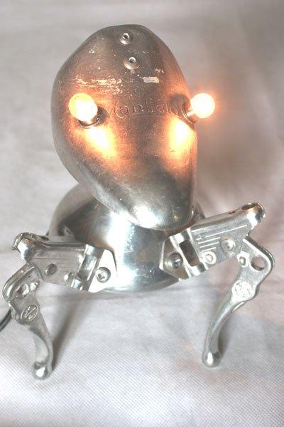 Manfield4. Embauchoir détourné avec freins de vélo et coupe de sport. Assemblage d'aluminium, lampe curieuse à 3 pattes.