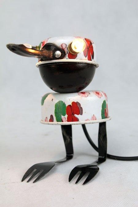 Oinoq Sculpture oiseau par assemblage: casseroles de dînette, coupe de sport...