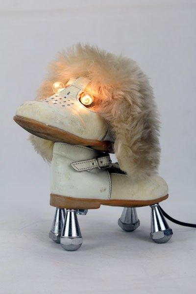Polnarex Chien chaussure lumineux. Sculpture assemblage.