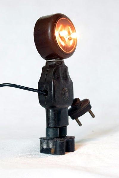 Priselite1. Robot électrique en bakélite. Recyclage de composants plus aux normes, détournement, sculpture.