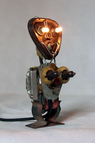 Robasoir. Sculpture robot rasoir démonté et recomposé. Assemblage en vase clos, recyclage électroménager.