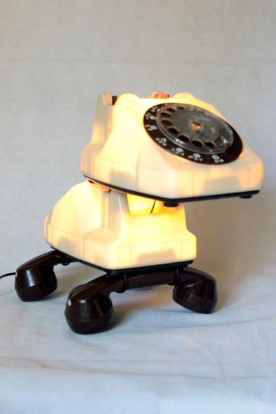 Rolphone1. Chien téléphone lumineux, détournement de jouet vintage, recyclage de plastique, sculpture animalière, lampe curieuse, télécommunication.