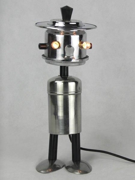 Scafe. Assemblage d'une salière et d'un filtre à café, avec des morceaux de cuillères.