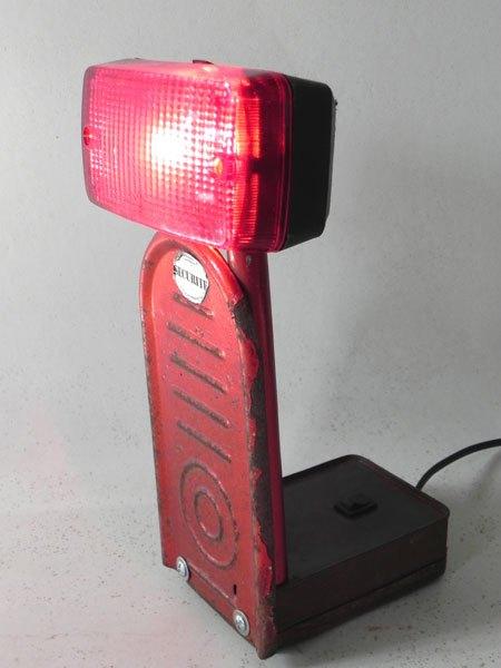 Securite. Assemblage lumineux rouge: feu, trottinette et boite.