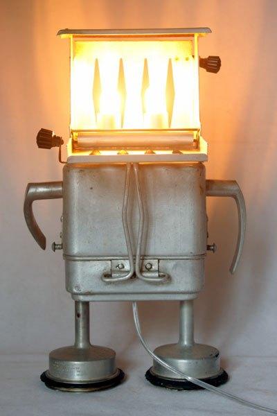 Seminium. Lampe robot grille pain avec boite gamelle ancienne, filtre de cafetière et 2 clenches.