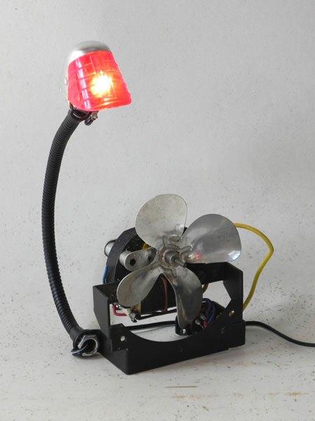 Soubitez. Ancien feu arrière de vélo assemblé à un moteur avec hélice. Assemblage lumineux.