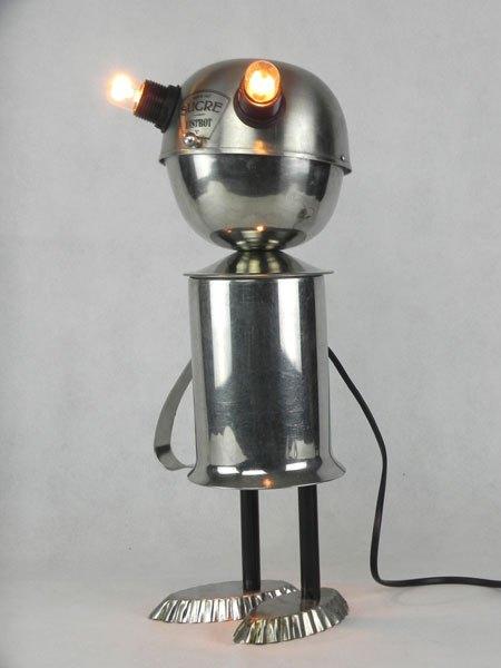 Sucrot. Sculpture robot de collectivité. Assemblage d'un sucrier de bistrot, un broc de cantine et deux petits moules à gâteaux. Inox