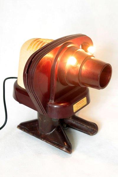 """Viewmaster5. Eléphant """"View master"""" projecteur sur deux embouts d'aspirateur . Sculpture bakélite, détournement d'objets vintage."""