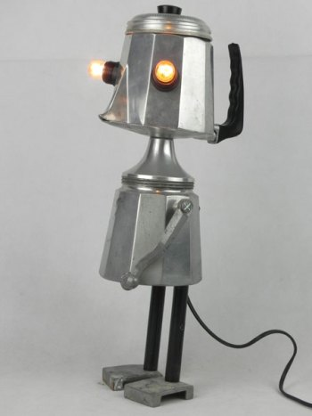 Détournement lumineux d'une cafetière italienne . Assemblage: filtre, coupe de sport, pièce mécanique et poignées. Aluminium, fonte d'aluminium et bakélite.