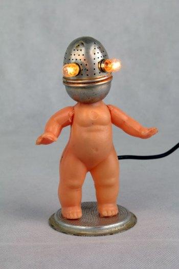 bébé avec tête boule à thé, sculpture lumineuse