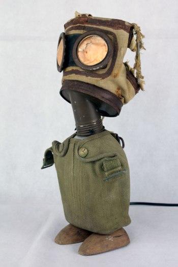 Sculpture avec gourde et masque à gaz 1939,