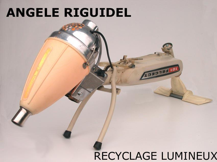 Sculpture chien, assemblage d'un aspirateur et d'une mobylette.