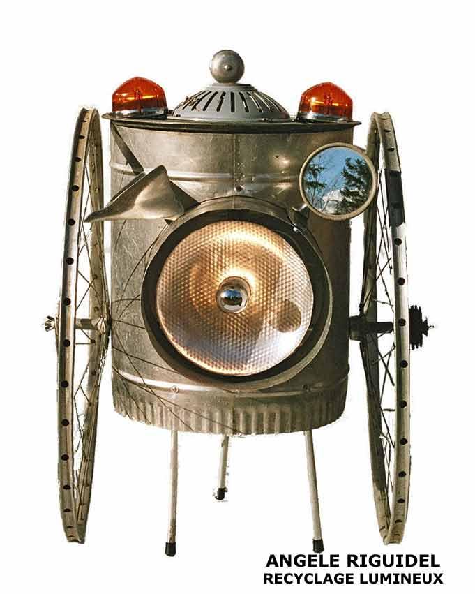 l'engin. véhicule improbable, sculpture lumineuse. Roue de vélo, tube alu, phare