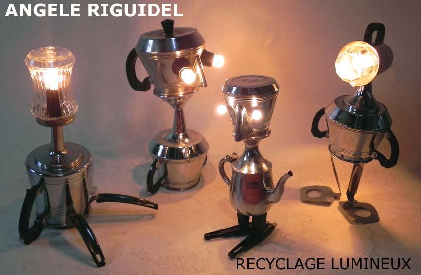 Sculpture objets détournés, service à café en métal, vintage. Lampes.