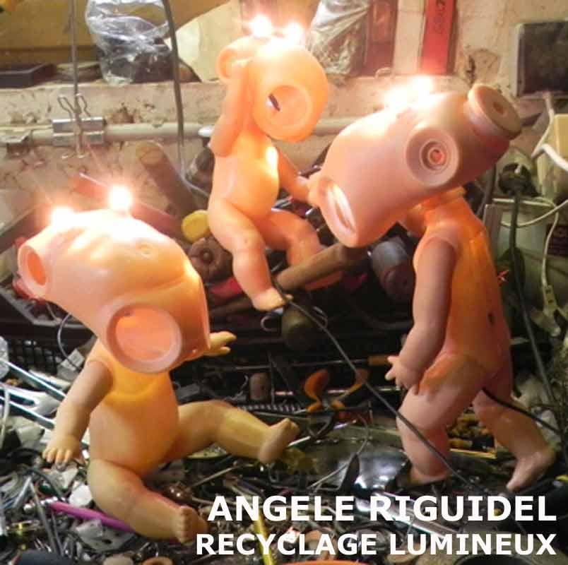 Sculpture objets détournés à l'atelier, baigneurs recomposés, lumière