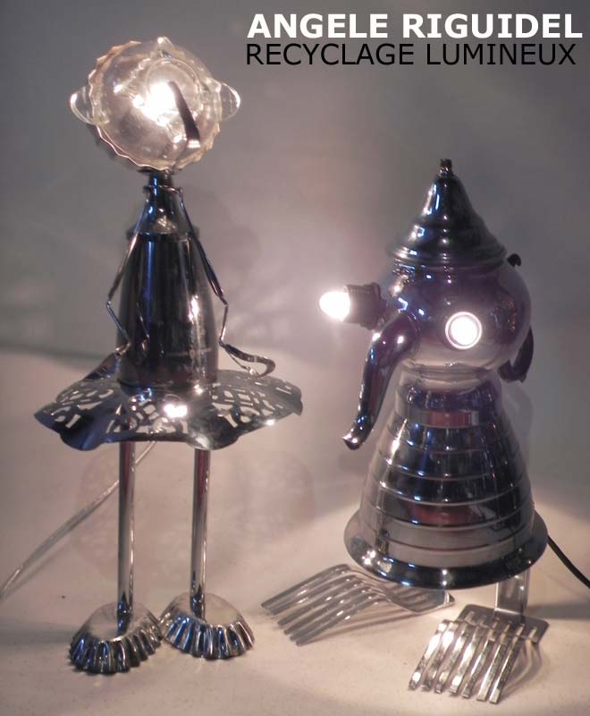 Sculpture personnages en objets détournés, théière, coupe de sport, ustensiles de cuisine, bol. Inox et métal chromé. Lampe