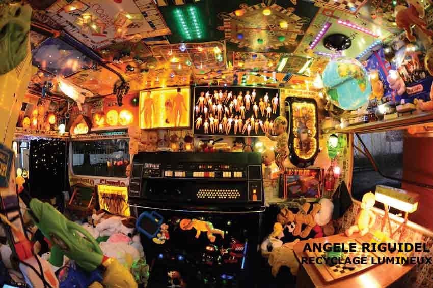 Caravane Gam'In, rouge, assemblage de jouets, univers festif. Installation