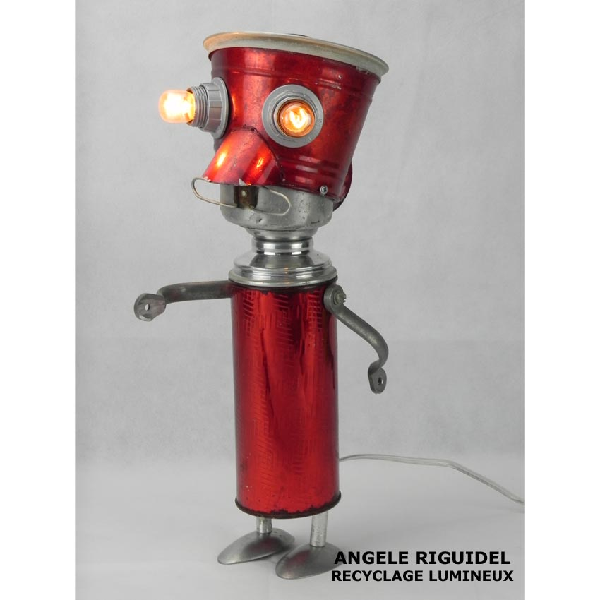 Sculpture assemblage d'objets. Personnages lumineux avec moustache. Arrosoir, thermos, filtre, cuillères, anses... aluminium et rouge. Vintage, lampe.