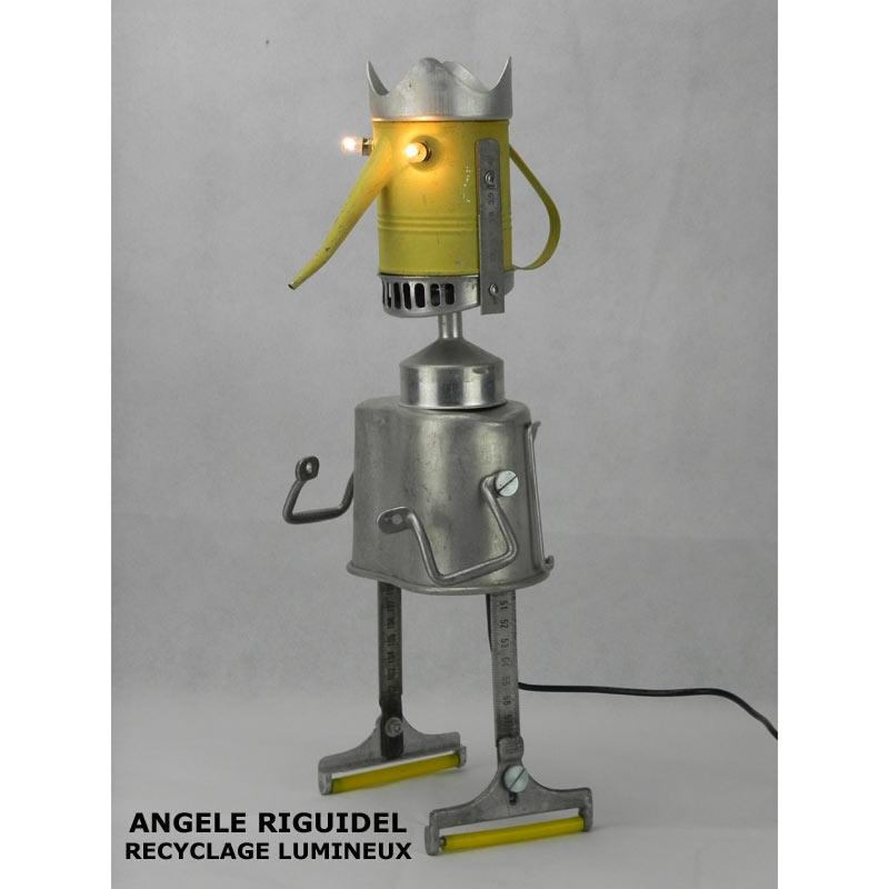 Sculpture assemblage d'objets. Personnages lumineux avec couronne. arrosoir, gamelle, filtre, mètre en alu, anses... aluminium et jaune.