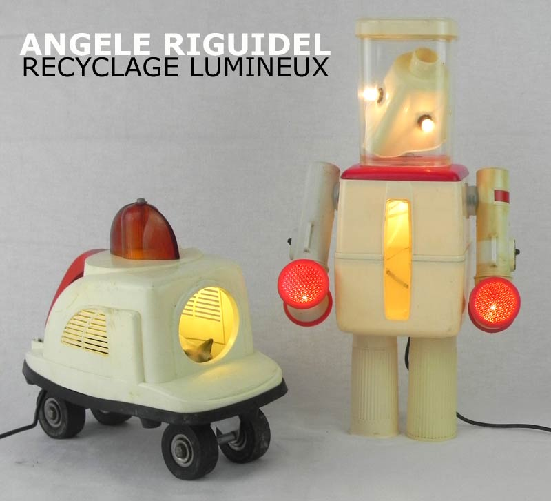 Sculpture Robots beige et rouge lumineux. Robot ménager, patin à roulettes, boite vintage, lampe de vélo, Assemblage d'objets en plastique.