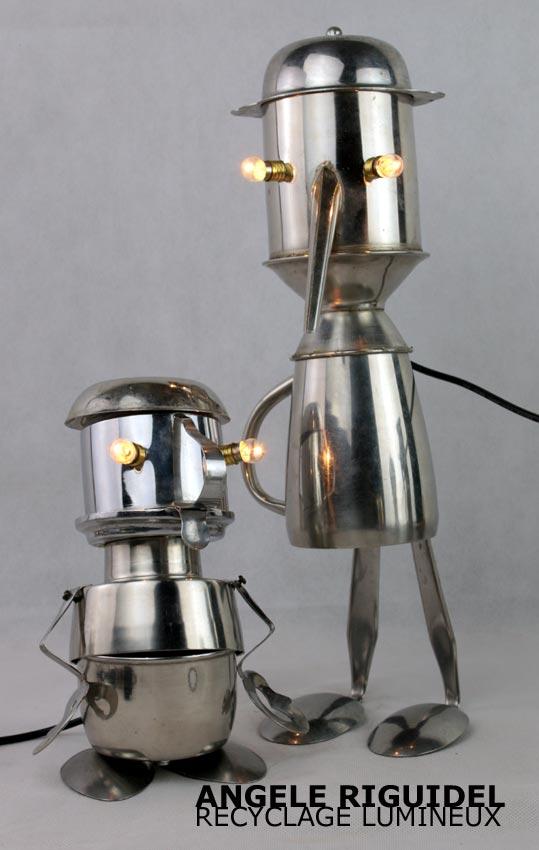 Sculpture assemblage d'objets détournés, robots en inox, personnage: tasse, cuillères, versoir, pince à escargot, shaker. Lampe.