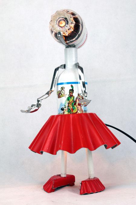 Sculpture féminine cuisine. Assemblage d'objets: bouteille de bière, moule à gâteau, pince à escargot, petit verre... récup, upcycling, art