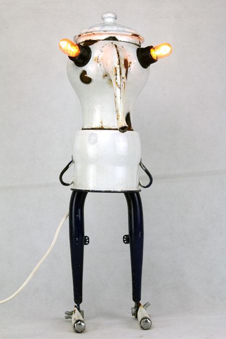 Sculpture recup, gammelles émaillées et morceaux de vélo. personnage. blanc et bleu. Upcycling, recyclage, objets détournés, art, assemblage