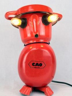 Sculpture personnage en émail rouge. métal émaillé et peint. Composition: cafetière, plat, gourde, moule à tartelette. Récup, upcycling, art