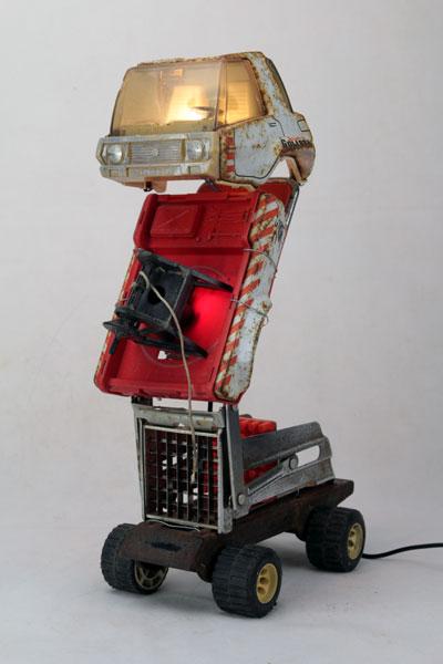 Sculpture lampe Camion frite. Vieux camion Joustra rouillé démonté et recomposé avec un coupe frite articulé.