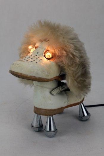 Chien chaussure lumineux. Sculpture assemblage d'une paire de chaussure bébé ,