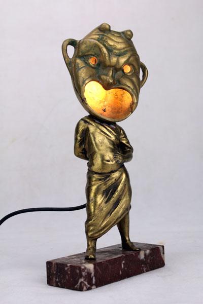 Sculpture assemblage objets de décoration. Assemblage d'une statue et d'un cendrier.