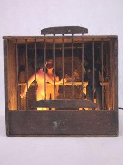 Composition lumineuse cage à oiseaux et poupées de collection. Détournement d'objets,sculpture, art brut, échelles différentes, association