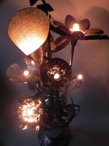 Composition florale en moules et ustensiles de cuisine. Assemblage lumineux avec un sceau à champagne, des moules à pâtisserie…