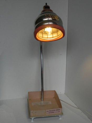 Lampe massage mammaire, détournement et recyclage lumineux. Assemblage avec sa boite en carton d'origine.