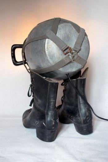 Sculpture masque à gaz 1939 sur patin à glace avec une grosse gamelle ancienne, animal curieux et lumineux gris et noir.