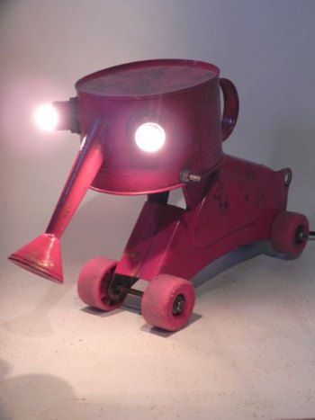 Sculpture animal lumineux à roulettes. Assemblage d'un arrosoir, un morceau de mobylette, 4 roues de roller.