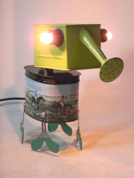 """Animal lumineux à trompe d'arrosoir. Composition: arrosoir vert, boite en métal décor """"chasse à courre"""", 4 clés. Assemblage."""